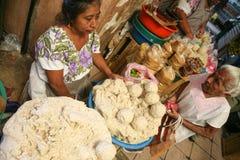Mujeres que venden el gough del maíz para las tortillas en un mercado local en mí Imágenes de archivo libres de regalías