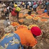 Mujeres que venden los tomates frescos en el mercado callejero, Uganda Foto de archivo
