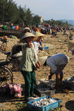 Mujeres que venden pescados en la playa Imágenes de archivo libres de regalías