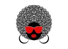 Mujeres rizadas africanas del retrato, cara femenina de la piel oscura con afro del pelo y vidrios en fondo aislado Fotos de archivo libres de regalías