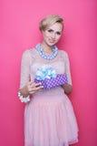 Mujeres rubias atractivas que sostienen el regalo púrpura Navidad holiday Imagenes de archivo