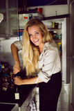 Mujeres rubias en una cocina foto de archivo libre de regalías