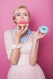 Mujeres rubias hermosas que comen el postre colorido Tiro de la manera Colores suaves Imagen de archivo