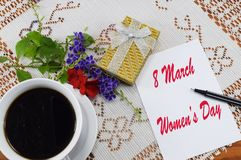 Mujeres ` s día 8 de marzo feliz, enhorabuena el 8 de marzo Fotos de archivo libres de regalías