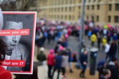 Mujeres ` s marzo de 2017: Cartel del manifestante imagen de archivo