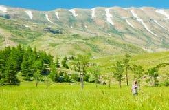 Mujeres sanas felices sobre paisaje de la montaña Imagen de archivo