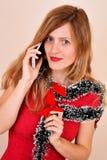 Mujeres sensuales con la guirnalda de flores que invitan al teléfono foto de archivo
