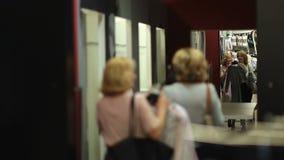 Mujeres shopaholic felices que entran en el sitio apropiado metrajes