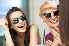 Mujeres sonrientes Fotos de archivo libres de regalías
