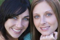 Mujeres sonrientes Foto de archivo libre de regalías