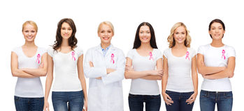Mujeres sonrientes con las cintas rosadas de la conciencia del cáncer Fotos de archivo libres de regalías