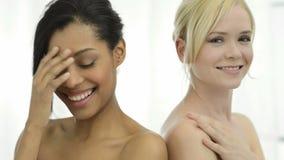 Mujeres sonrientes de la belleza metrajes
