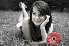 Mujeres sonrientes de la belleza con la flor Fotografía de archivo libre de regalías