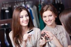 Mujeres sonrientes de la tarjeta de crédito Foto de archivo libre de regalías