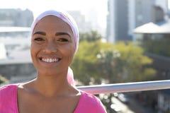 Mujeres sonrientes que llevan la bufanda del mantra imagen de archivo libre de regalías