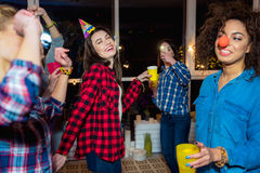 Mujeres sonrientes que se divierten en el partido Fotos de archivo libres de regalías