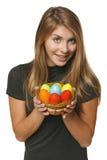Mujer sonriente que sostiene la cesta con los huevos de Pascua Fotos de archivo