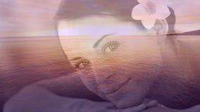 Mujeres sonrientes Relaxed con la flor y el paisaje del mar para el día de San Valentín almacen de metraje de vídeo