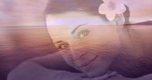 Mujeres sonrientes Relaxed con la flor y el paisaje del mar para el día de San Valentín 4k almacen de metraje de vídeo