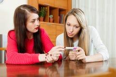 Mujeres sorprendidas con la prueba de embarazo imagen de archivo