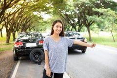 Mujeres subrayadas después de una avería del coche con el triángulo rojo de un coche Imágenes de archivo libres de regalías