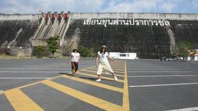 Mujeres tailandesas asiáticas madre y viaje de la hija que presenta y que juega en el estacionamiento almacen de video