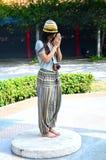 Mujeres tailandesas del retrato que ruegan en Wat Pusawan Imagen de archivo libre de regalías