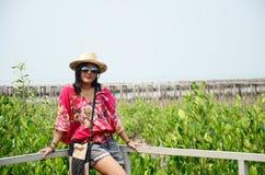 Mujeres tailandesas que se colocan solamente en el puente de la calzada en bosque del mangle Imagen de archivo