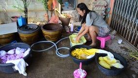 Mujeres tailandesas que se lavan y ropa limpia después de teñir del batik del lazo almacen de video