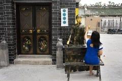 Mujeres tailandesas visita y presentación para la foto de la toma con la estatua del adivino en pequeño callejón en Shantou o Swa foto de archivo
