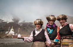 Mujeres tibetanas en trajes tradicionales Foto de archivo