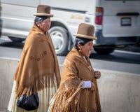 Mujeres tradicionales Cholitas en ropa típica durante la 1ra del desfile del Día del Trabajo de mayo - La Paz, Bolivia Foto de archivo