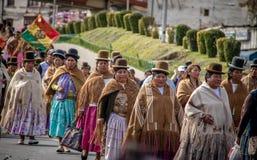 Mujeres tradicionales Cholitas en ropa típica durante la 1ra del desfile del Día del Trabajo de mayo - La Paz, Bolivia Imagen de archivo libre de regalías