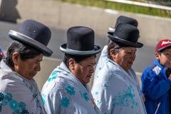 Mujeres tradicionales Cholitas en ropa típica durante la 1ra del desfile del Día del Trabajo de mayo - La Paz, Bolivia Imagenes de archivo