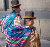 Mujeres tradicionales Cholitas en ropa típica durante la 1ra del desfile del Día del Trabajo de mayo - La Paz, Bolivia Fotografía de archivo libre de regalías