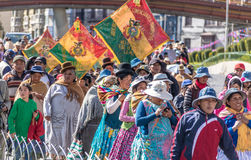 Mujeres tradicionales Cholitas en ropa típica durante la 1ra del desfile del Día del Trabajo de mayo - La Paz, Bolivia Imagen de archivo