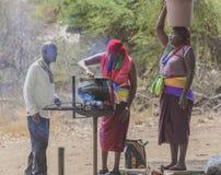 Mujeres tribales africanas que cocinan en caldera imágenes de archivo libres de regalías