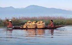 Mujeres tribales de Intha en el lago Inle, Shan State de Myanmar Fotografía de archivo libre de regalías