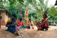 Mujeres tribales de trabajo Fotos de archivo libres de regalías