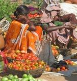 Mujeres tribales en el mercado Foto de archivo