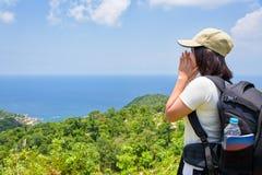 Mujeres turísticas en punto de vista en Koh Tao Fotos de archivo libres de regalías