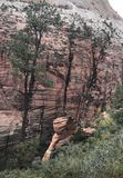 Mujeres una situación de la mujer encima de Zion National Park imagen de archivo