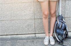 Mujeres viajero y mochila de las piernas concepto del recorrido Imagen de archivo