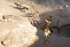 Mujeres y abastecimiento de agua etíopes Foto de archivo