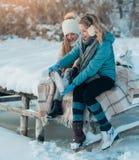 Mujeres y cierre del niño para arriba en el ajuste de los cordones, zapatos cambiantes listos fotografía de archivo libre de regalías