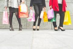 Mujeres y compras fotos de archivo libres de regalías