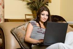 Mujeres y computadora portátil Fotos de archivo libres de regalías