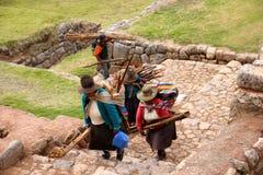 Mujeres y hombre en Chinchero, Perú foto de archivo
