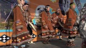 Mujeres y hombres en el baile nacional de Kamchatka de los habitantes indígenas de la ropa