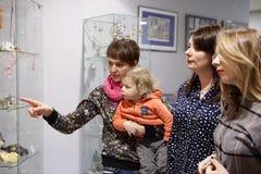 Mujeres y muchacho en museo Fotografía de archivo